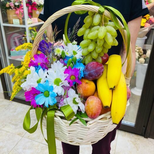 Фрукты и цветы в корзине