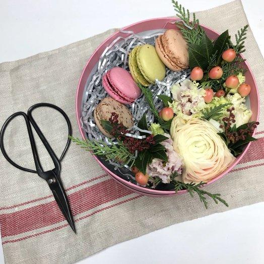 Коробочка-комплимент с макарунами: букеты цветов на заказ Flowwow