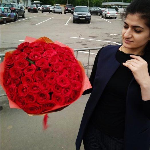 51 красная роза в крафте: букеты цветов на заказ Flowwow