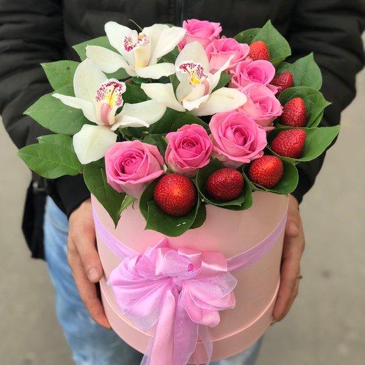 Коробки с цветами. Розы, Орхидеи , Клубника. N135: букеты цветов на заказ Flowwow
