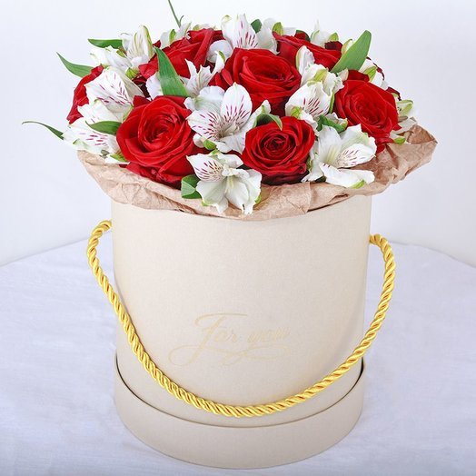 """Коробка """"Праздник"""" из красных роз и альстромерии. Код 180118"""