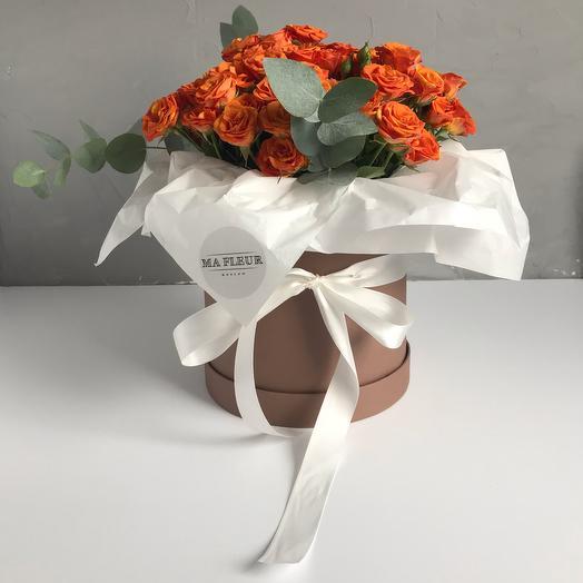 Шляпная коробка миди с розами и эвкалиптом: букеты цветов на заказ Flowwow