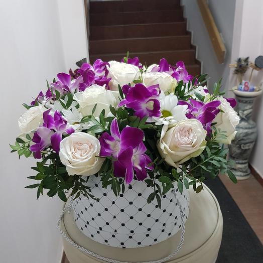 Композиция в шляпе: букеты цветов на заказ Flowwow
