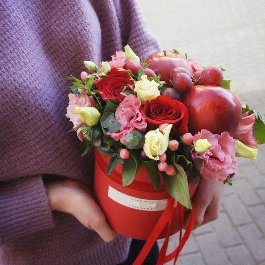 Яркая коробочка с цветами и фруктами