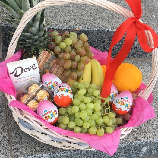 Корзина из фруктов и сладостей