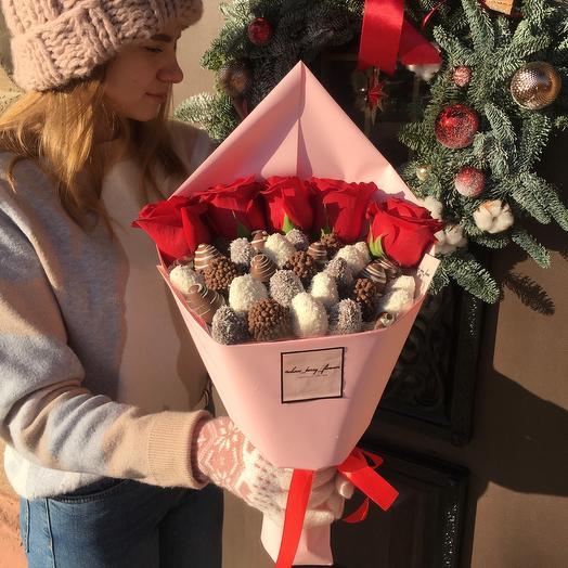Клубничный букет S в шоколаде с розами