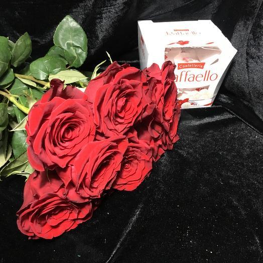 7 красных роз с рафаэлло