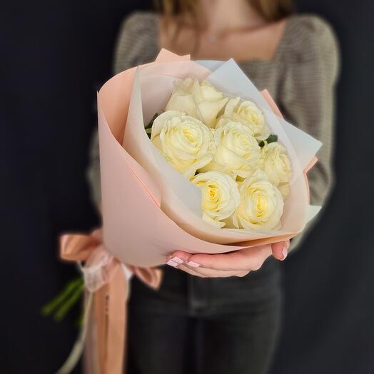 Белые розы в нежной упаковке