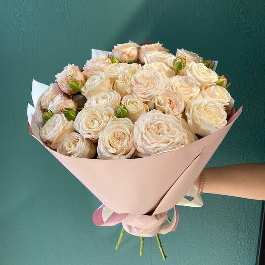 Букет из нежных кустовых пионовидных роз