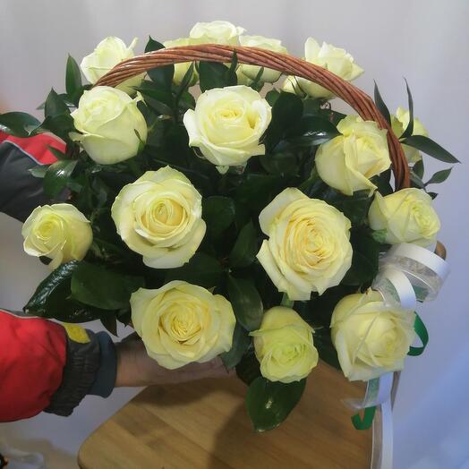 ✅ Шикарная корзина из белых роз