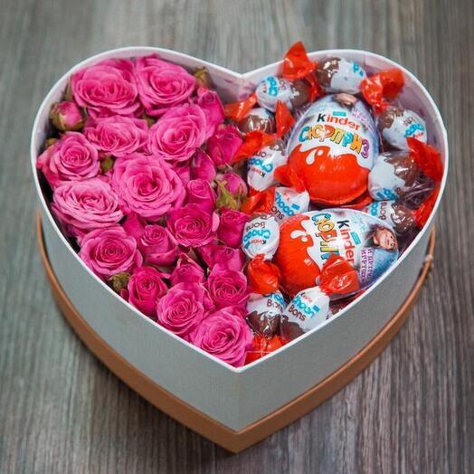 Коробочка с кустовой розой и киндерсюрпризами