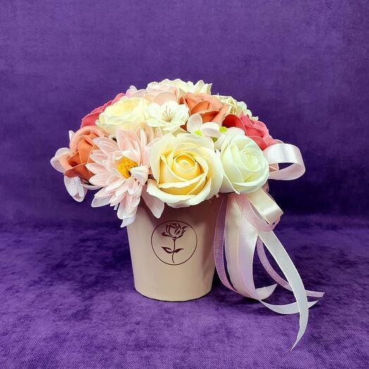 Композиция из мыльных цветов в стаканчике