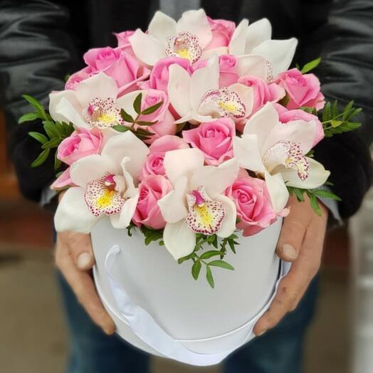 Орхидея с розами и зеленью фисташки