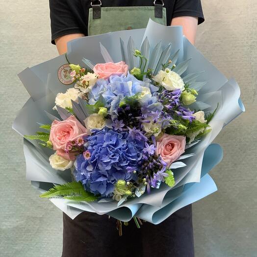 Летний букет с гортензиями и пионовидными розами