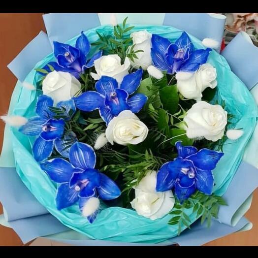Белые Розы и синие орхидеи