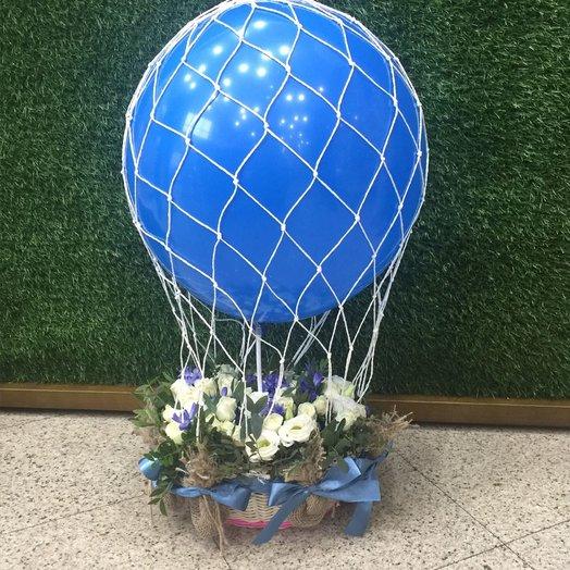 Корзинка с воздушным шаром: букеты цветов на заказ Flowwow
