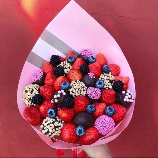 Сладкий клубничный букет «Яркий»: букеты цветов на заказ Flowwow