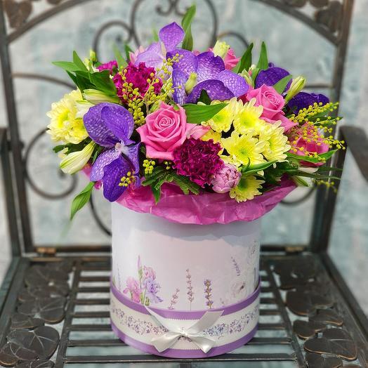 Яркая коробка с розами и орхидеей ванда