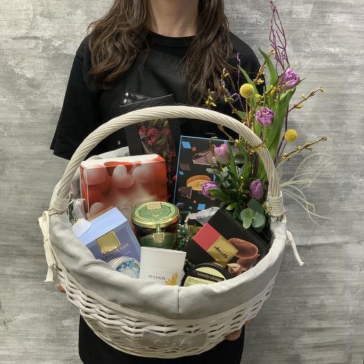Большая Корзина сладостей: букеты цветов на заказ Flowwow