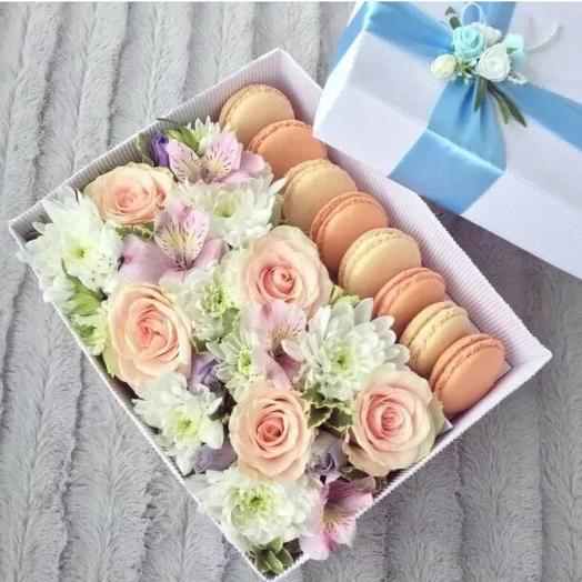 Цветочная композиция с макаруни: букеты цветов на заказ Flowwow