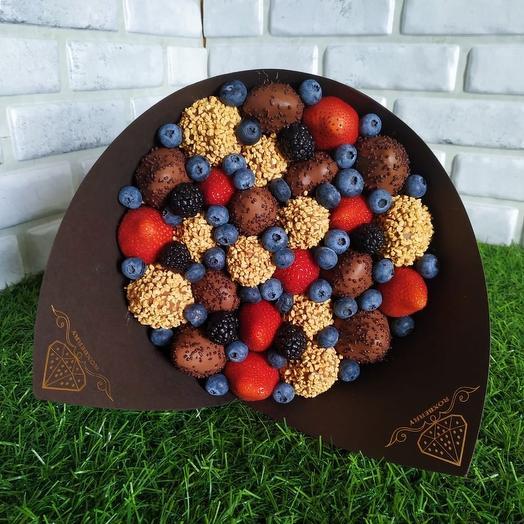 Букет Комбо с клубникой в шоколаде в коричневой бумаге