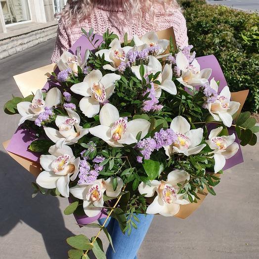 Экзотический букет белых орхидей