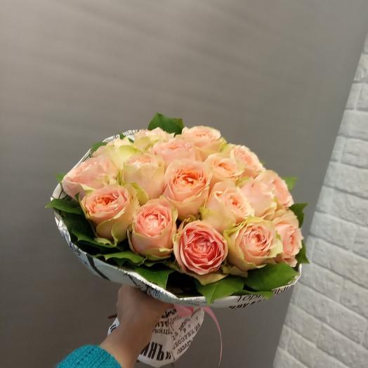17 пионовидных роз