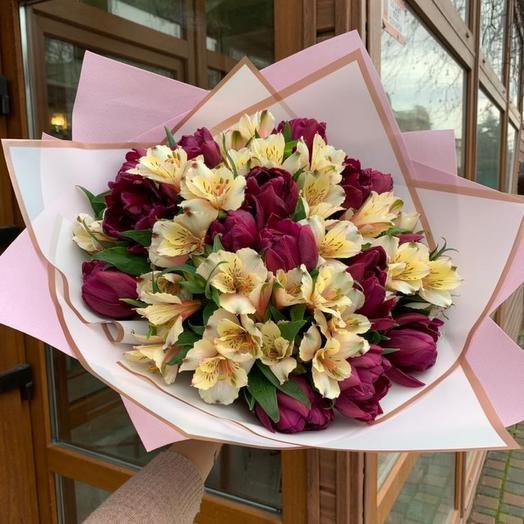 Букет из тюльпанов и альстромерии
