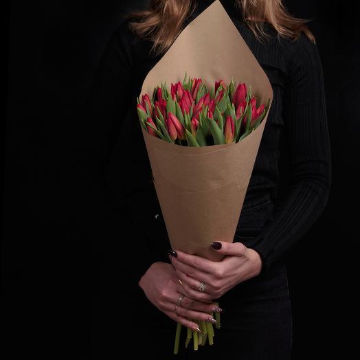 35 бордовых тюльпанов в крафте с ленточкой