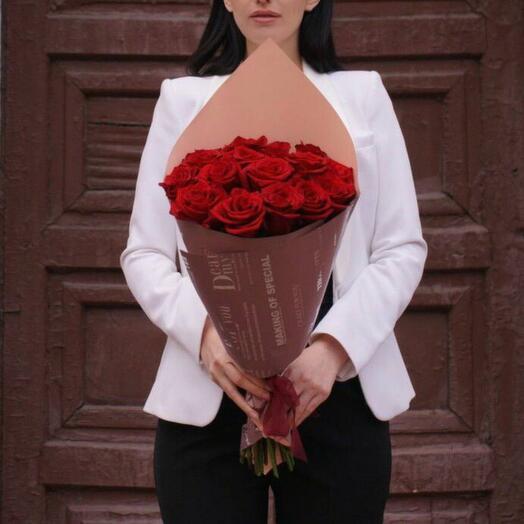 15 красных роз в оформлении