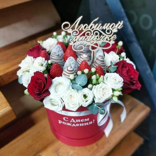 Цветы в коробке М с клубникой 🍓 в бельгийском шоколаде