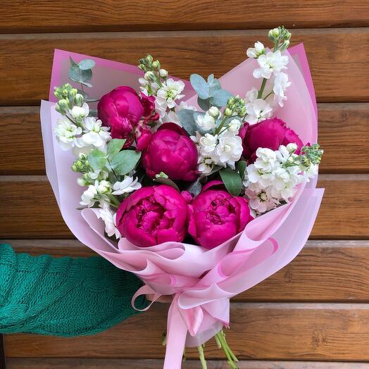 Flowers Lovers - ароматный букет из маттиола и пионов в стильном оформлении
