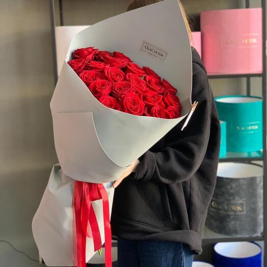 Букет красных роз в стильном оформлении