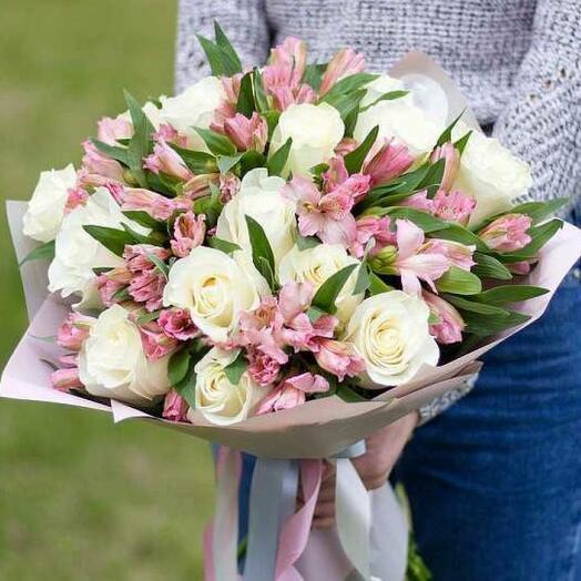 Букет из белых роз эквадор и альстромерии