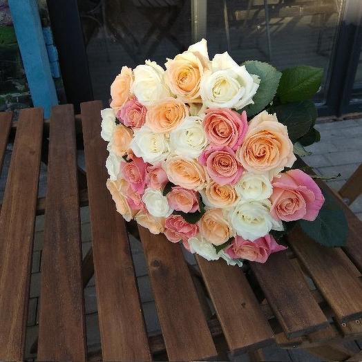 Букет из 31 разноцветной местной розы 80 см: букеты цветов на заказ Flowwow